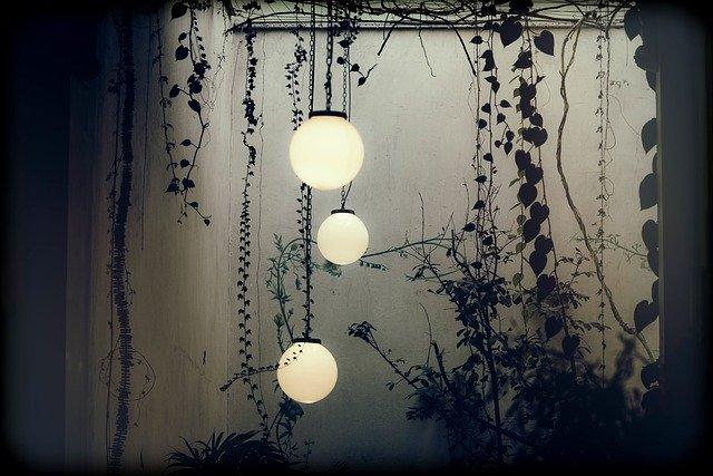 מאירים את החצר: איך בוחרים תאורת חוץ?